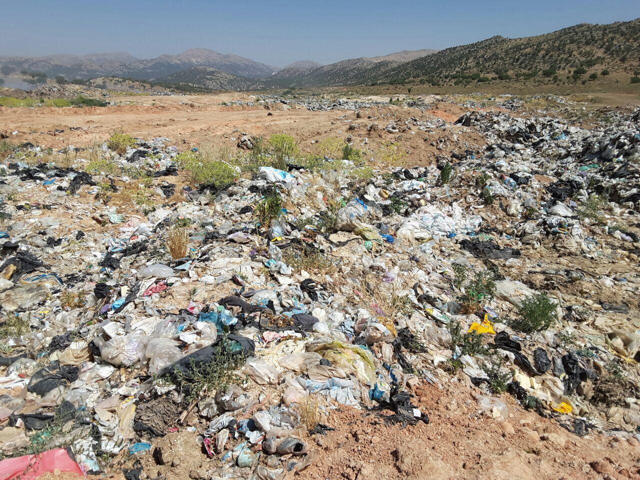قبل از خروج از محل دفن زباله وسایل نقليه جمع آوری زباله ممکن است از محل تمیز کردن چرخ ها عبور کنند